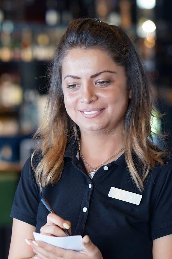 Официантка принимает заказ клиента стоковое фото