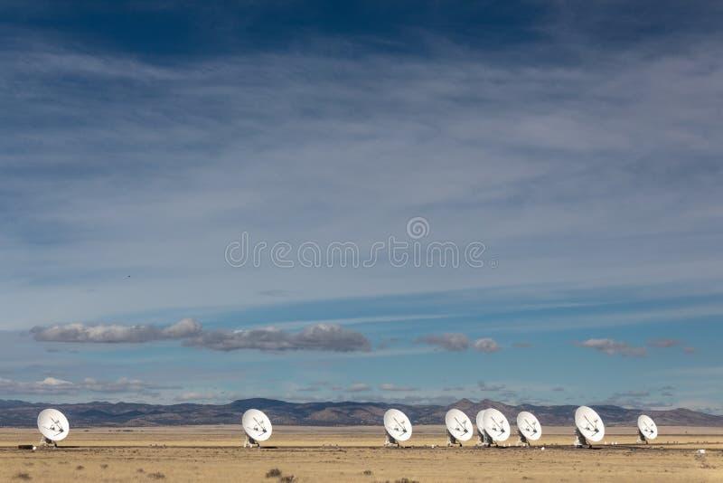 Очень большая линия массива тарелок антенны радио в пустыне, науке о космосе и технологии зимы стоковые фотографии rf
