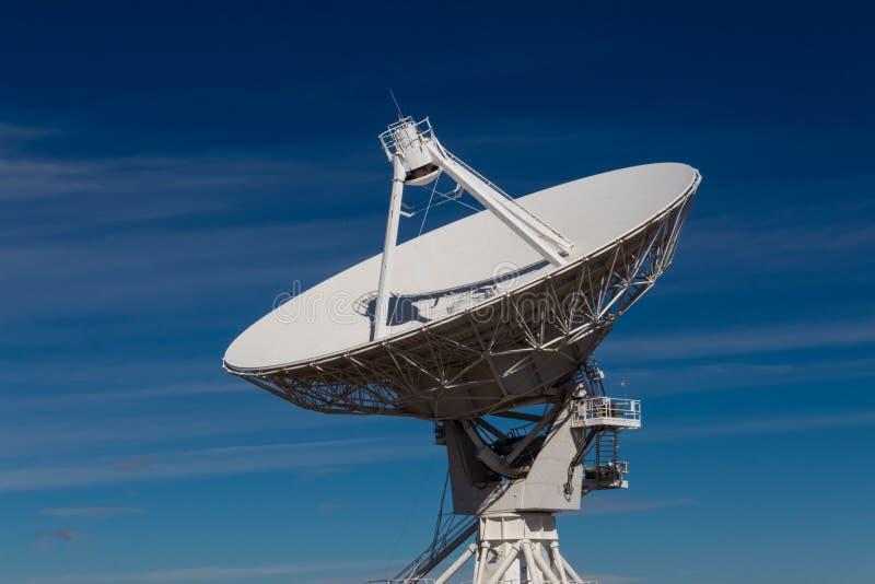 Очень большой массив центризовал взгляд тарелки антенны радио VLA изолированной против темносинего неба стоковое изображение rf