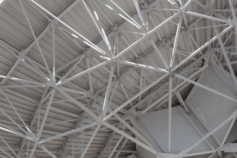 Очень большой оденьте очень близкий взгляд understructure огромной антенны радиотелескопа, инженерство технологии стоковая фотография rf