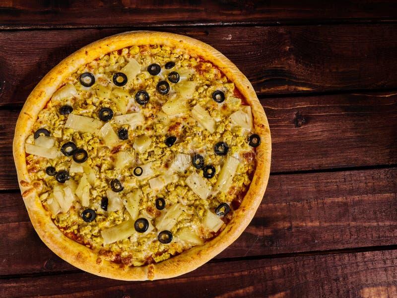 Очень вкусная пицца с цыпленком и ананас на деревянном столе стоковое изображение