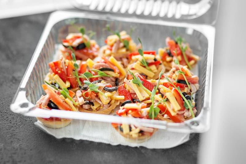 Очень вкусные закуски с мясом и овощами в коробке для завтрака Концепция еды, ресторана, ресторанного обслуживании, меню стоковые изображения