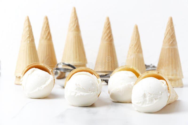 Очень вкусные конусы мороженого и вафлей на белой таблице Концепция взгляда сверху закусок и помадок лета ванильного мороженого в стоковые фотографии rf