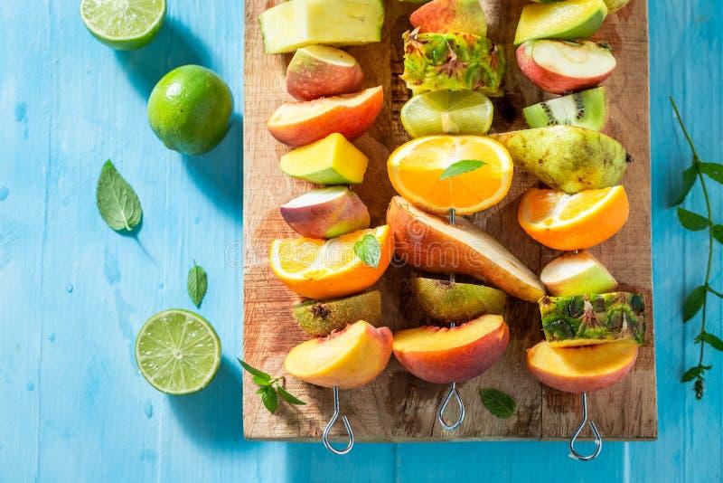 Очень вкусные протыкальники со смешиванием плодов для закуски стоковые изображения rf