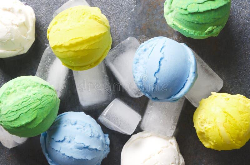 Очень вкусные шарики мороженого с различными вкусами, который служат на кубах льда, взгляде сверху стоковые фото