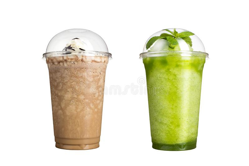 Очень вкусные smoothies плода в пластиковых чашках, на белой предпосылке 2 milkshakes стоковые изображения