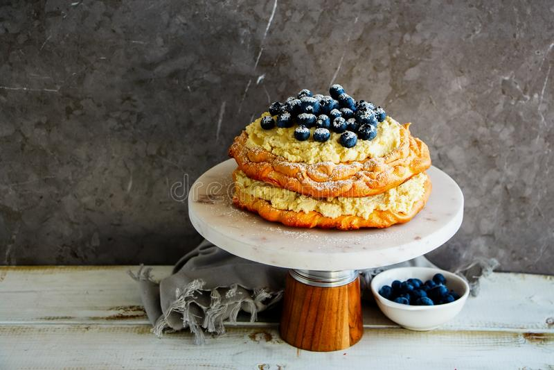 Очень вкусный торт Pavlova стоковое изображение rf