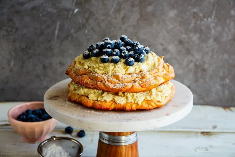 Очень вкусный торт Pavlova стоковые изображения rf