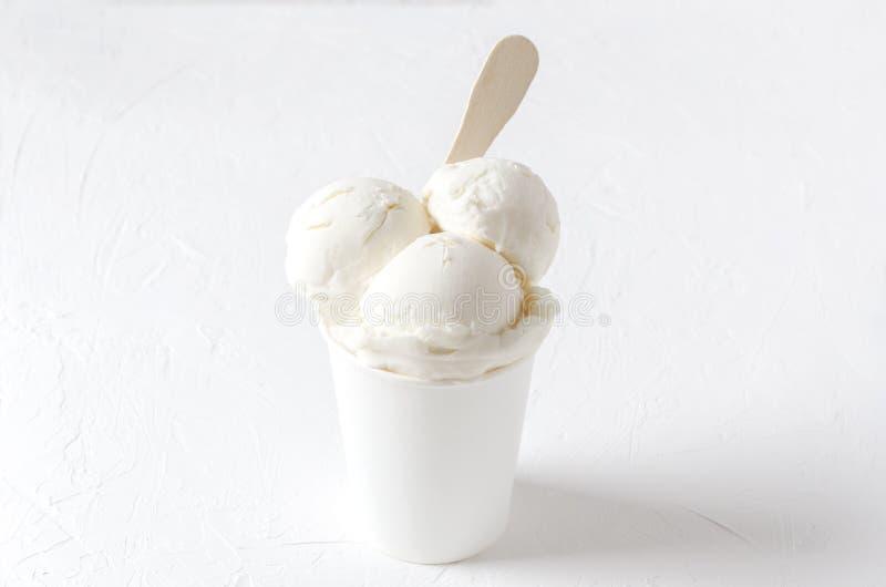 Очень вкусное белое ванильное мороженое в бумажном стаканчике Полностью белая съемка Продукт лета стоковое изображение rf