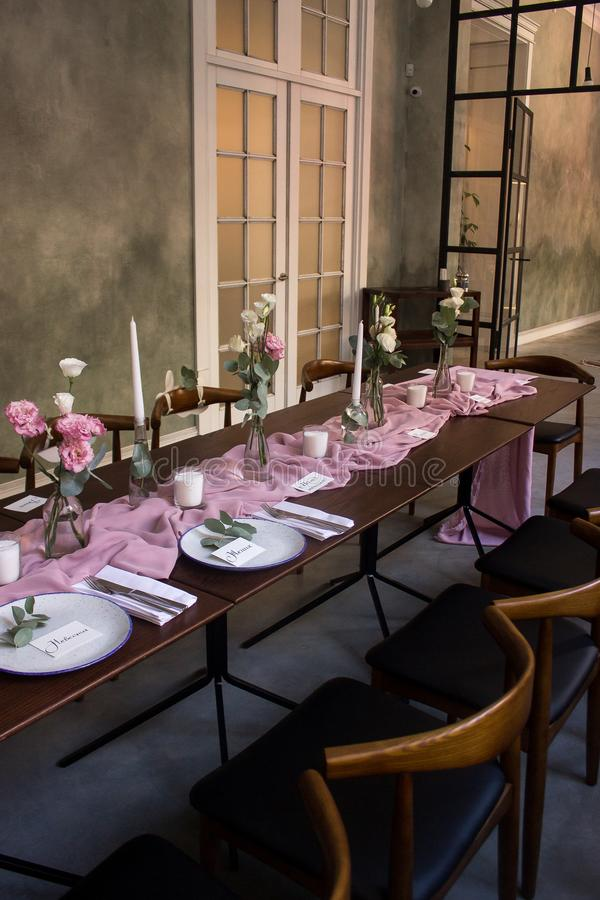 Очень красиво украшенная зала для торжества свадьбы стоковая фотография