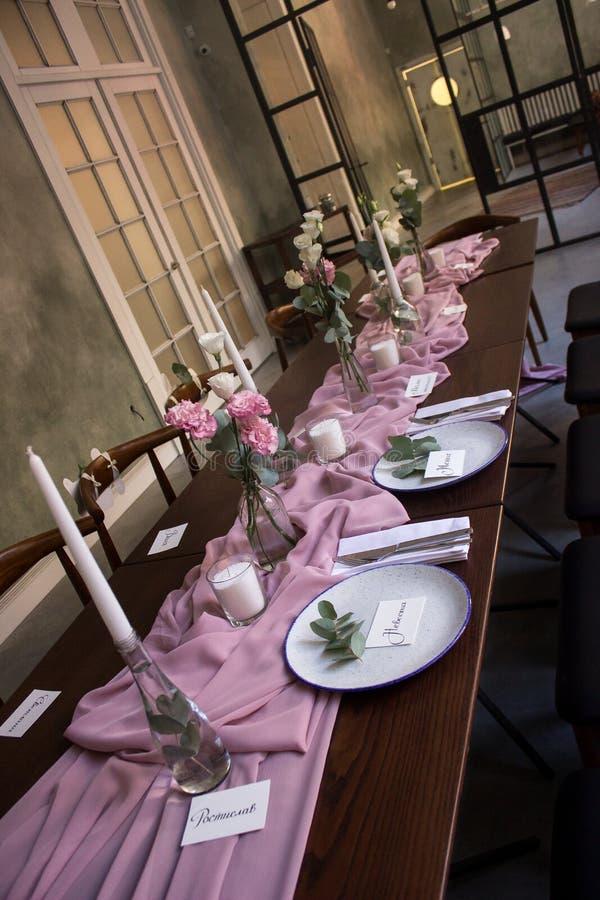 Очень красиво украшенная зала для торжества свадьбы стоковые изображения