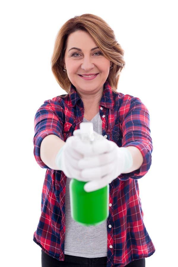 Очищая концепция - портрет зрелой женщины с бутылкой брызг распыляя к камере на белой предпосылке стоковое фото