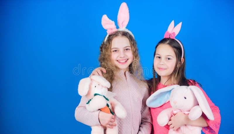 Охота яичка Семья и сестричество Партия праздника весны Маленькие девочки с игрушкой зайцев пасха счастливая Дети в кролике стоковые фото