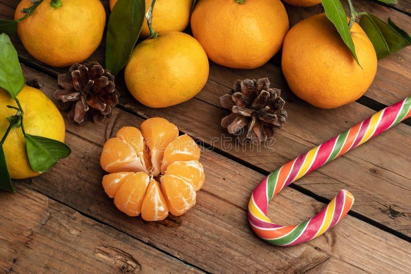 Оранжевые tangerines с листьями на деревянной предпосылке, Новым Годом стоковые изображения rf