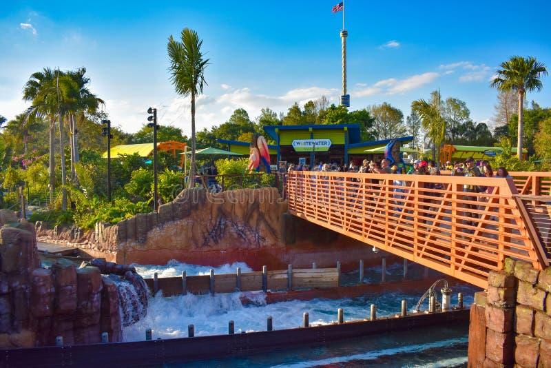 Оранжевый мост в привлекательности падений безграничности и башня неба на Seaworld в международной зоне привода стоковое изображение