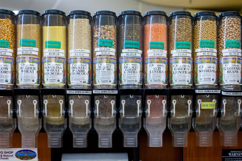 Органические фасоли и хлопья на супермаркете стоковое изображение