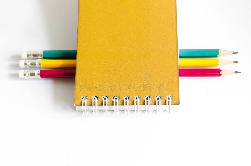 Ołówek Czerwona Żółta zieleń, Trzy ołówka na białym tle, ołówki, płytka głębia zdjęcie stock