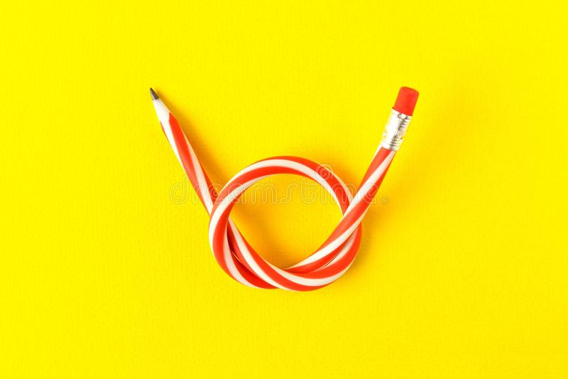 ołówek elastyczny Odizolowywający na żółtym tle Chylenie ołówek fotografia stock