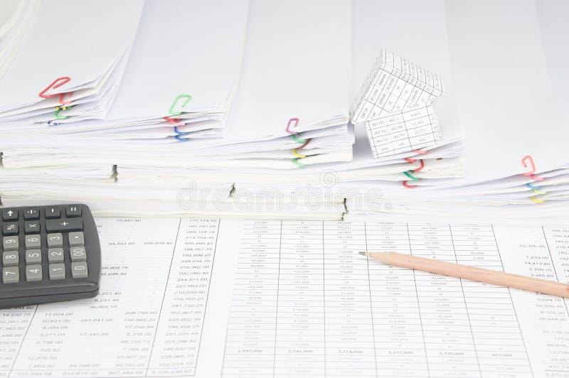 Ołówek i kalkulator dom na kroka stosie papierkowa robota obraz royalty free
