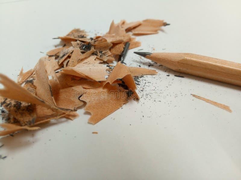 Ołówek i niektóre ołówek sharving z niektóre pyłem grafit jesteśmy na białym tle obrazy royalty free