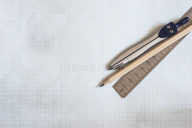 ołówek, kompas i władcy na wykresu papieru tle, obraz stock