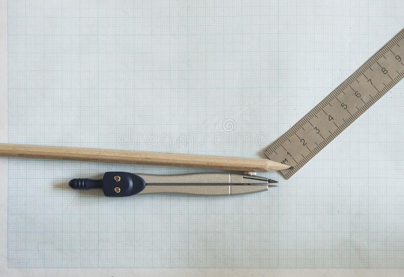 ołówek, kompas i władcy na wykresu papieru tle, zdjęcie royalty free