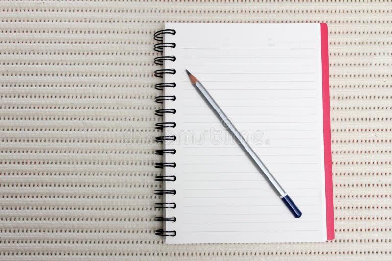 Ołówek z książką na stole fotografia royalty free