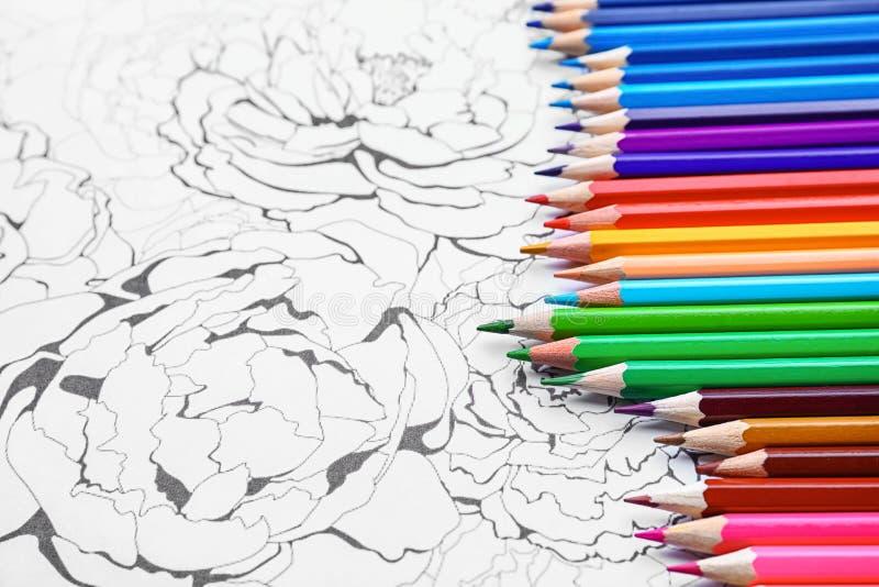 Ołówki na dorosłym antym stres kolorystyki obrazku, zbliżenie obraz stock