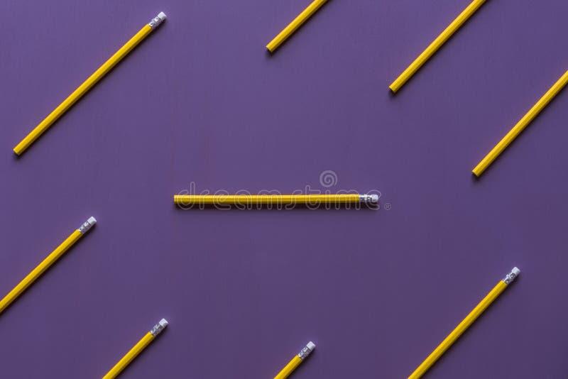 Ołówki z gumka wierzchołkami na purpurowym tle fotografia stock