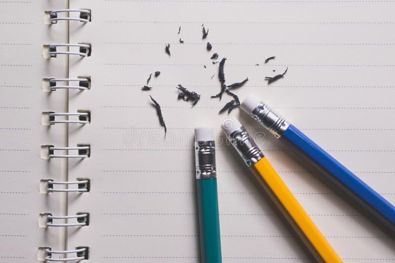 ołówkowa gumka usuwa pisać błąd na kawałku papieru, de zdjęcia royalty free