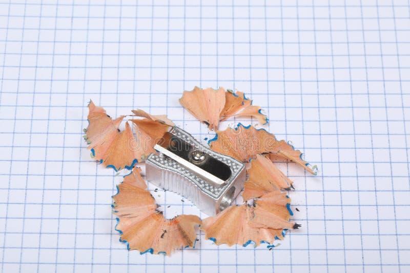 Ołówkowej ostrzarki i ołówka golenia odpoczynek na kwadraty ciąć na arkusze zdjęcia stock