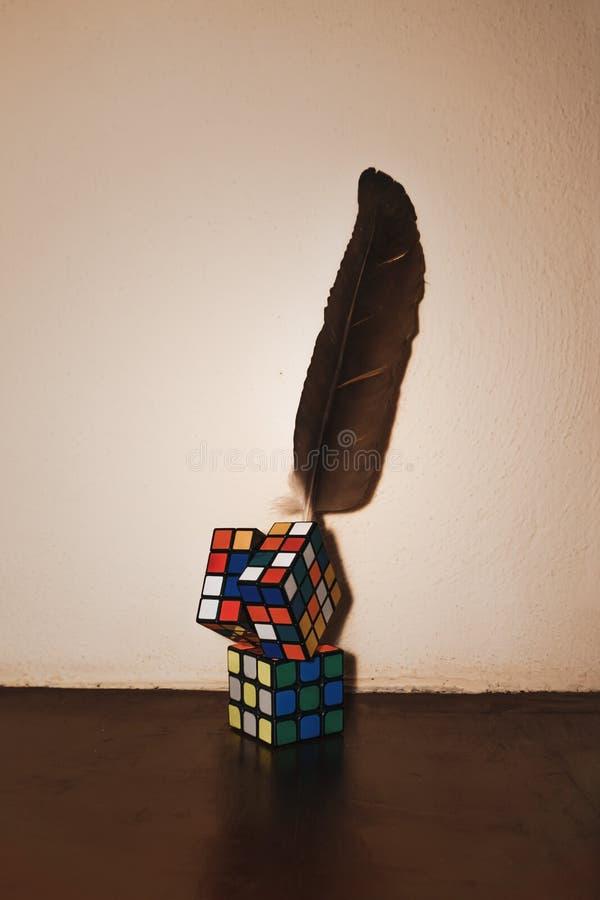 Ołówkowy właściciela whit rubik sześcianu kształt obrazy stock
