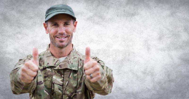 Żołnierz aprobaty przeciw biel ścianie z grunge narzutą fotografia stock