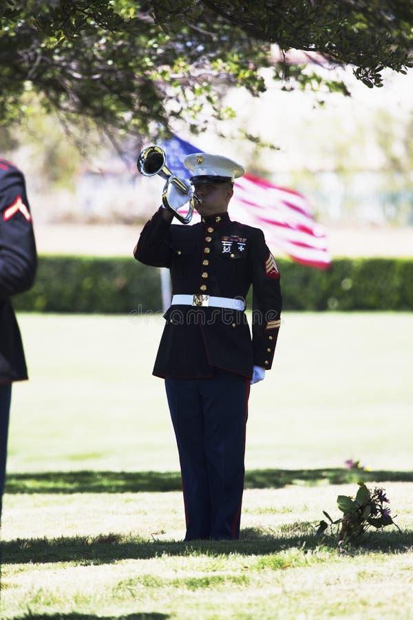 Żołnierz piechoty morskiej bawić się klepnięcia przy nabożeństwem żałobnym dla spadać USA żołnierza, PFC Zach Suarez, honor misja fotografia stock