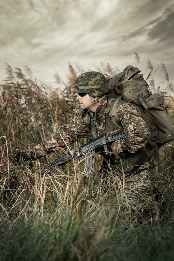 Żołnierz przy wojną w bagnie fotografia stock