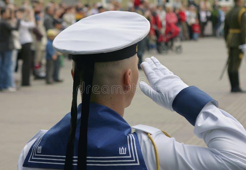 Żołnierz salutuje przy militarną paradą zdjęcia royalty free