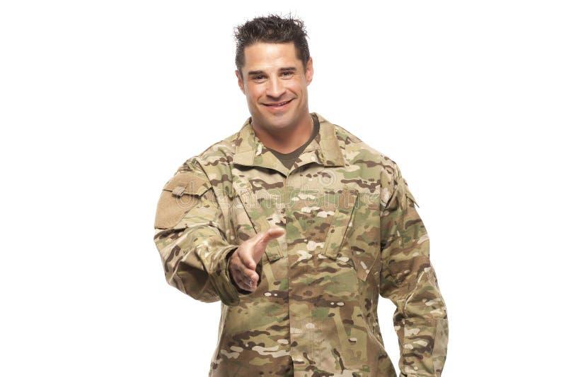 Żołnierz uśmiechnięty i gotowy trząść ręki obrazy stock