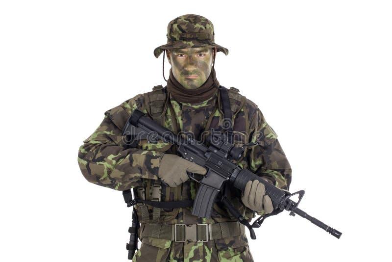 Żołnierz w kamuflażu M4 i nowożytnej broni obraz royalty free