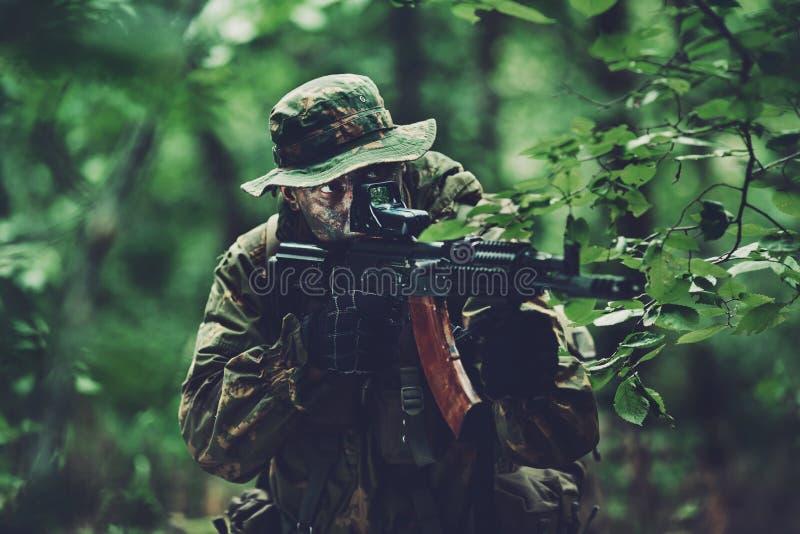 Żołnierz w lasowym terenie przy zmierzchem zdjęcia royalty free