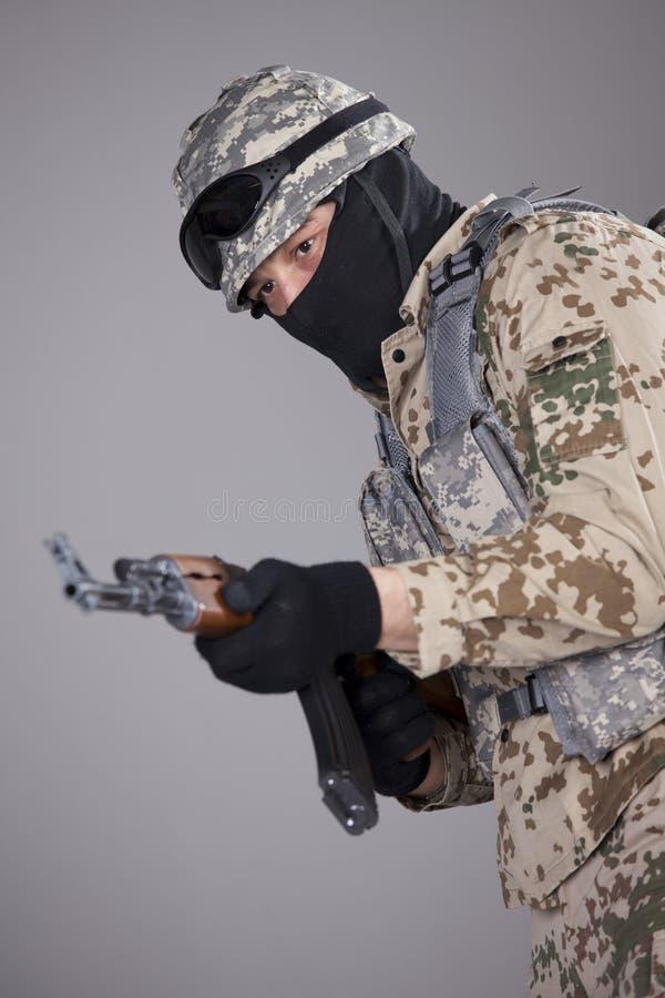 Żołnierz z kałasznikowu maszynowym pistoletem zdjęcie royalty free