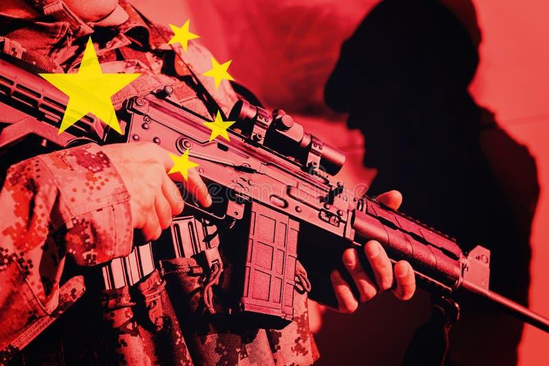 Żołnierz z maszynowym pistoletem z flaga państowowa Chiny zdjęcie stock