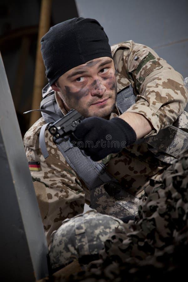 Żołnierz z pistolecika celowaniem fotografia stock