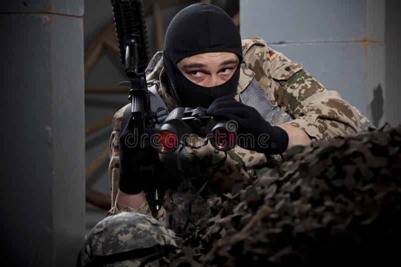 Żołnierz z pistoletem i lornetkami obraz stock
