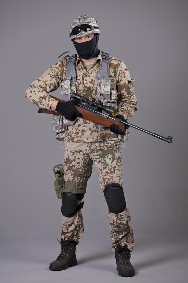 Żołnierz z snajperskim karabinem obrazy royalty free