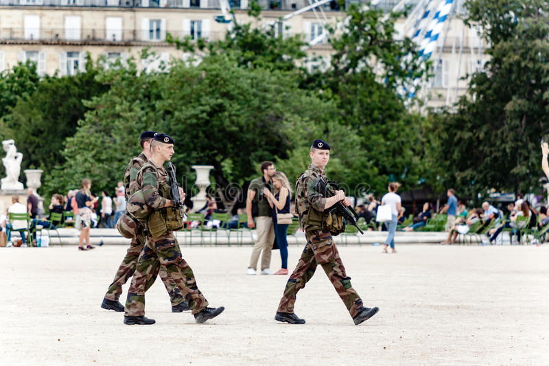 Żołnierze patroluje w Paryż obrazy stock
