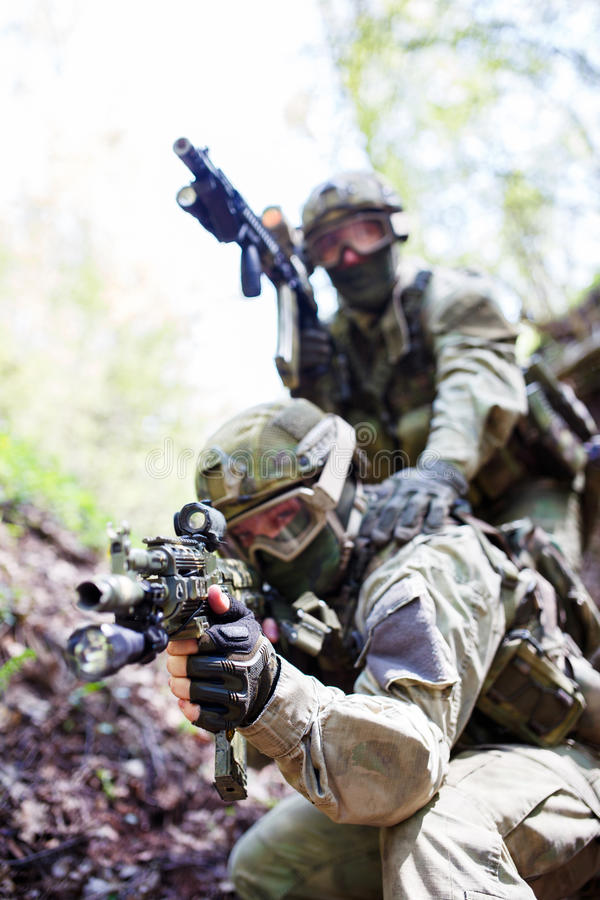 Żołnierze z broniami na ćwiczeniach zdjęcia stock