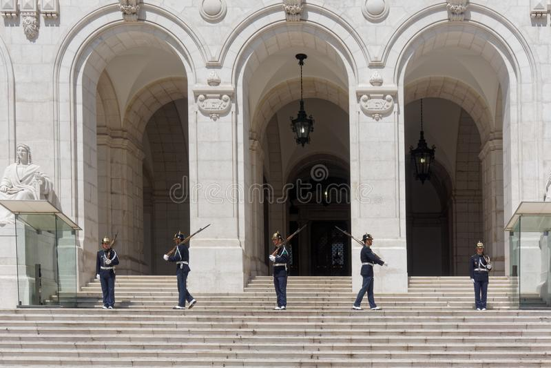Żołnierze Zmienia strażnika przy Portugalskim parlamentem fotografia royalty free