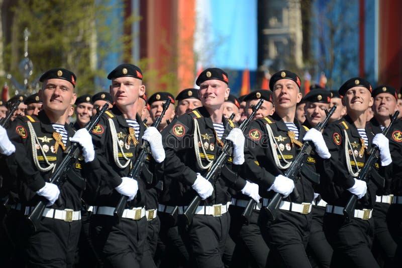 Żołnierzy piechoty morskiej 336 th oddzielnych strażników Białostocka brygada Bałtycka flota przy próbą kostiumową parada na plac obraz royalty free