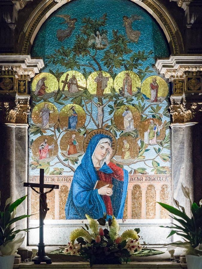 Ołtarz dedykujący maryja dziewica przedstawiający w kolorowej mozaice zdjęcia royalty free