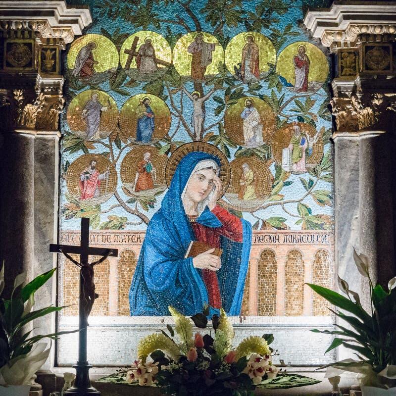 Ołtarz dedykujący maryja dziewica przedstawiający w kolorowej mozaice obrazy royalty free